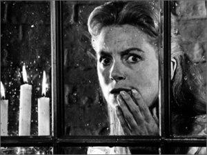 Fotograma do filme The Innocents protagonizado por Deborah Kerr