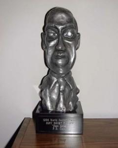 O prémio consiste nunha estatuíña coa face de H.P. Lovecraft